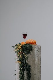 展臺上的葡萄酒和面包圖片