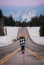 雪山樹林公路美女背影圖片