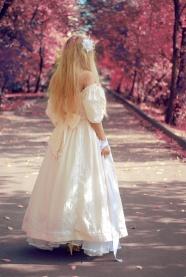 白色蓬蓬裙美女背影圖片