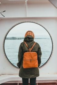 窗前看海的美女背影圖片