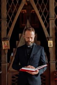 牧師看圣經圖片